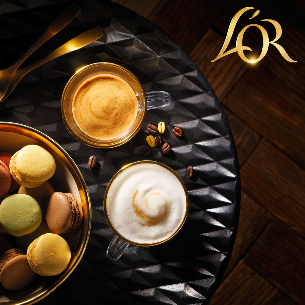 Drinks photography of L'or's two glasses of coffee and a bowl of cookies made by Studio_m Photography Amsterdam