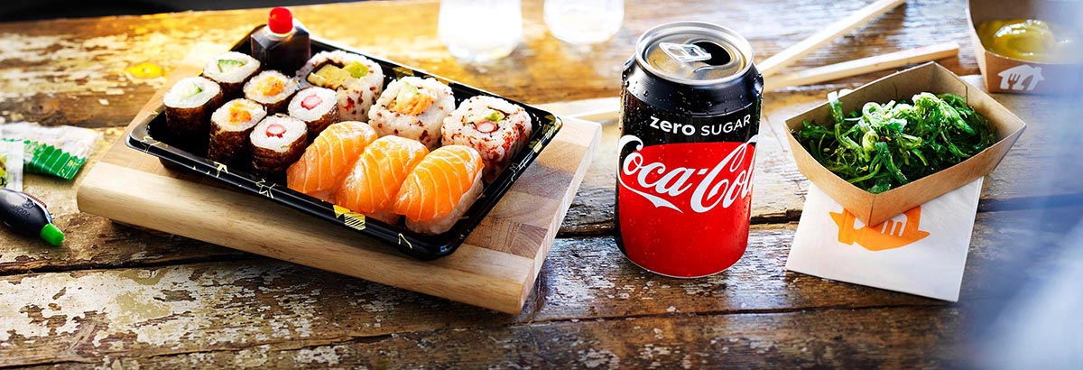 Food fotografie van sushi icm Coca-cola Zero blikje en een bak groente gemaakt door Studio_m Fotografie Amsterdam