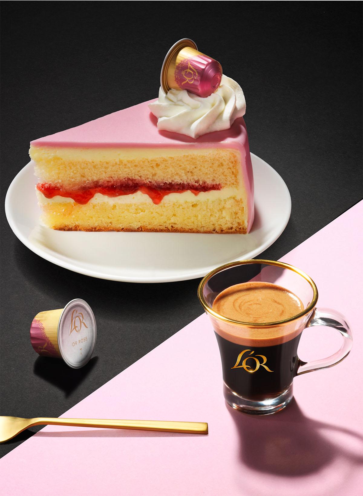Drank fotografie van een stuk framboos taart met een kopje koffie van L'or gemaakt door Studio_m Fotografie Amsterdam