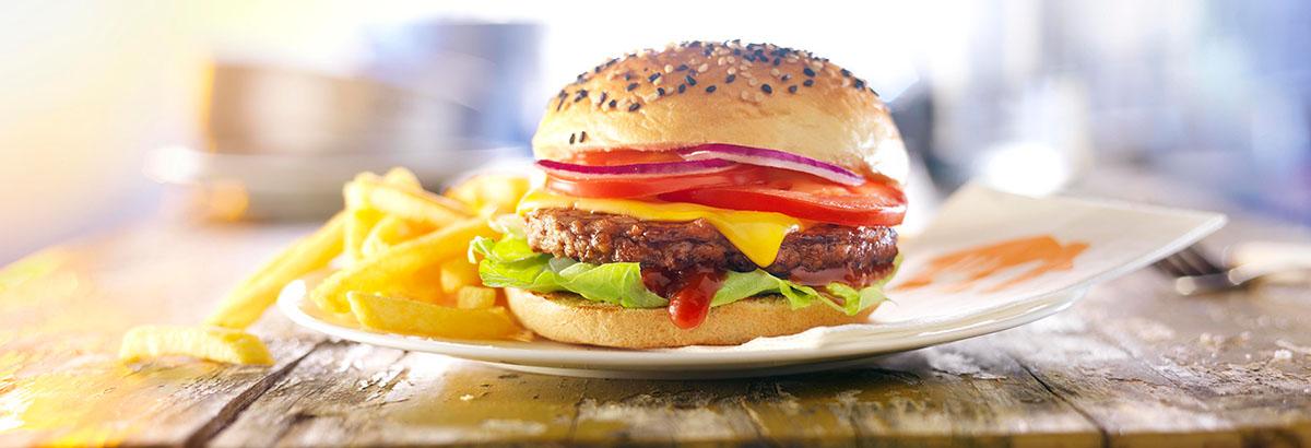 Food styling fotografie van een hamburger broodje met frietjes gemaakt door Studio_m Fotografie Amsterdam