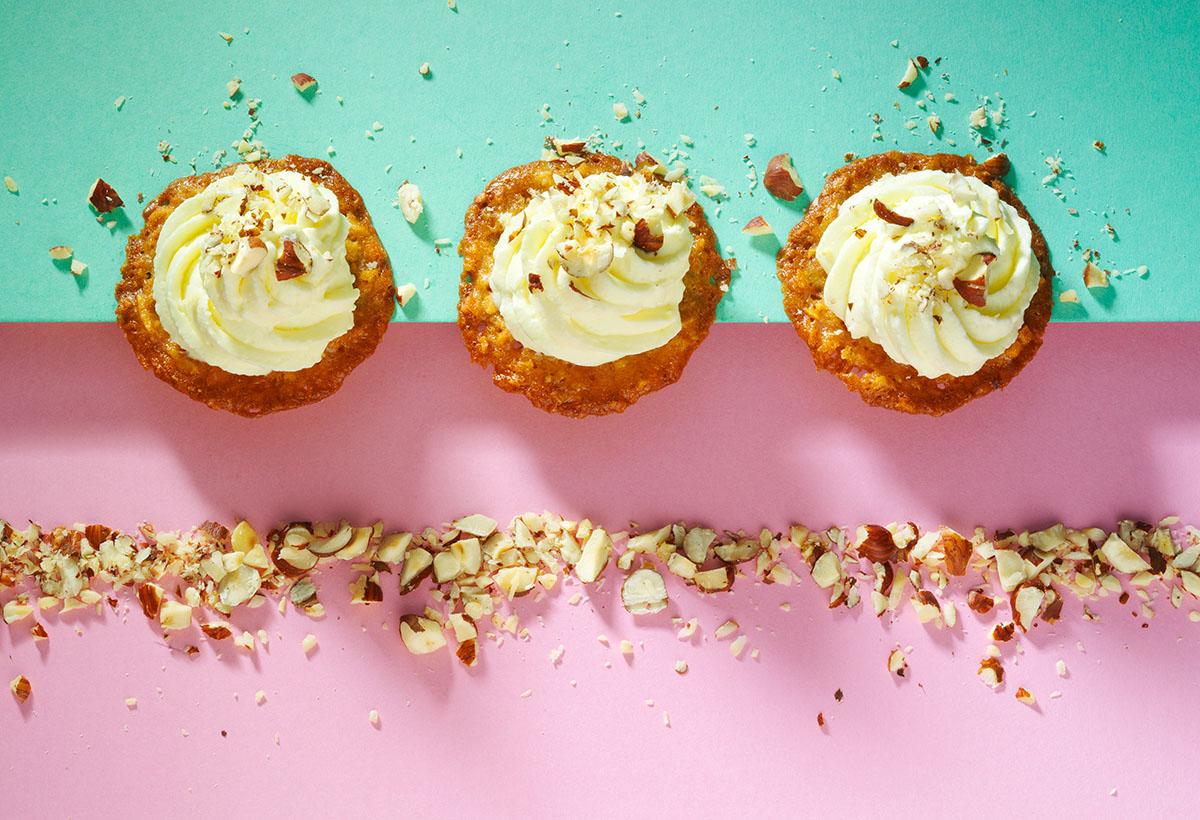 Food fotografie styling van drie slagroom gebakjes met hazelnoten gemaakt door Studio_m Fotografie Amsterdam