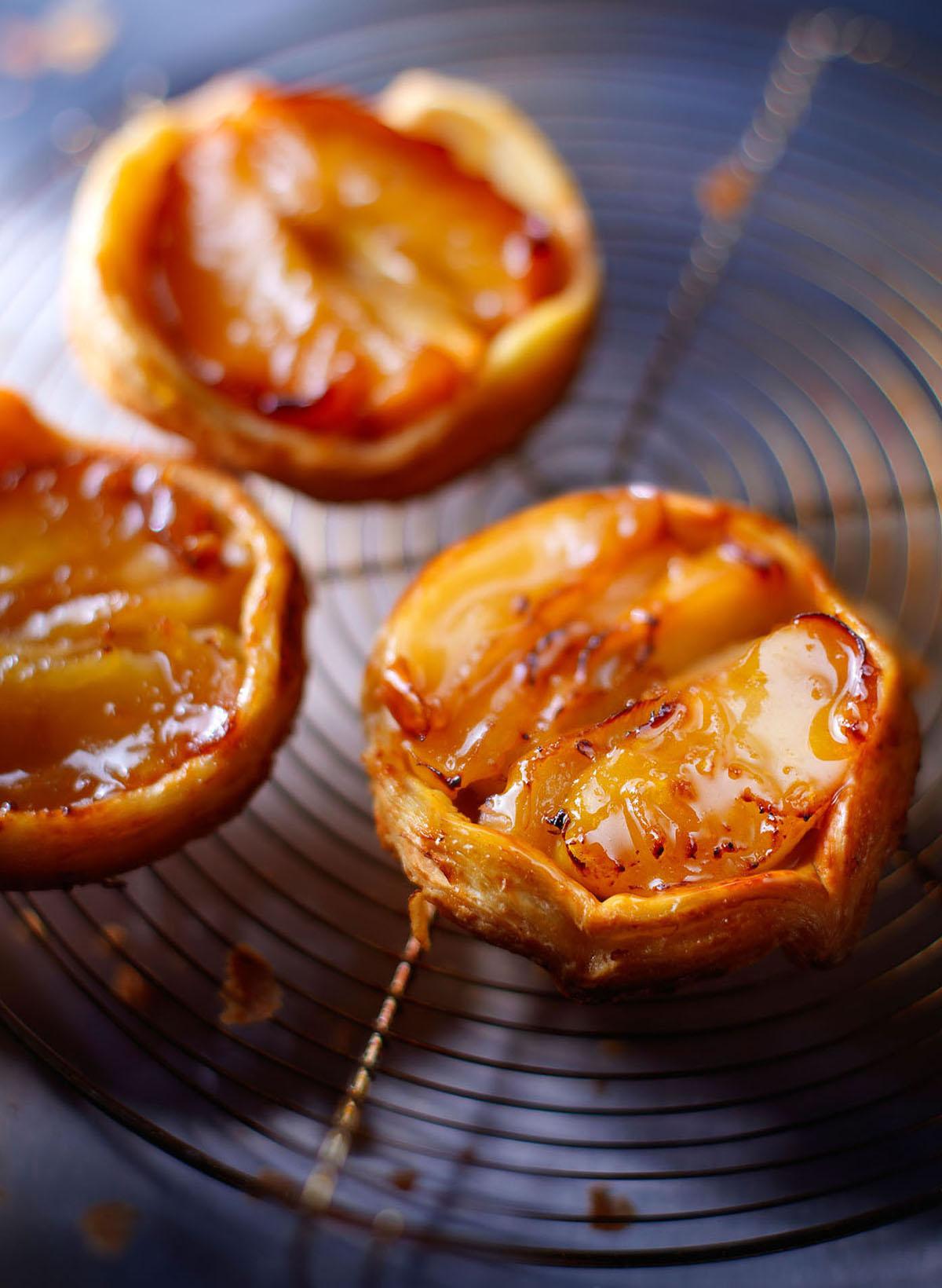 Food fotografie van drie kleine appeltaartjes gemaakt door Studio_m Fotografie Amsterdam