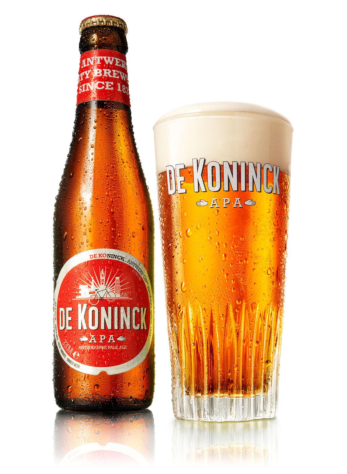 Packshots fotografie van een fles en een glas De Koninck bier gemaakt door Studio_m Fotografie Amsterdam