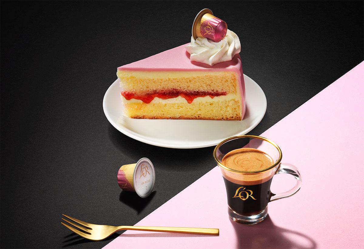 Food fotografie van een stuk framboos taart met een kopje koffie van L'or gemaakt door Studio_m Fotografie Amsterdam