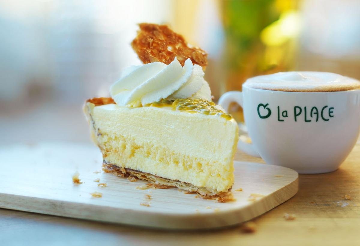 Food stylist fotografie van een kopje koffie met gebak van La Place gemaakt door Studio_m Fotografie Amsterdam
