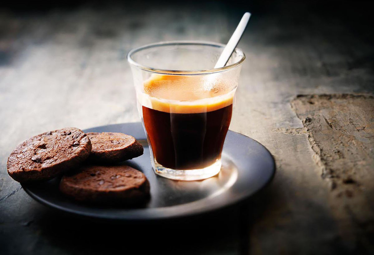 Drinks photography of a cup of coffee with cookies made by Studio_m Photography Amsterdam