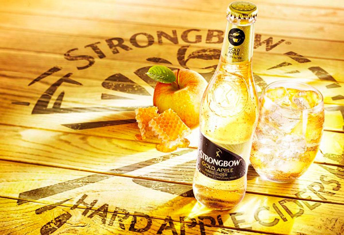 Drank fotografie van een fles Strongbow appelwijn icm een glas en een appel gemaakt door Studio_m Fotografie Amsterdam