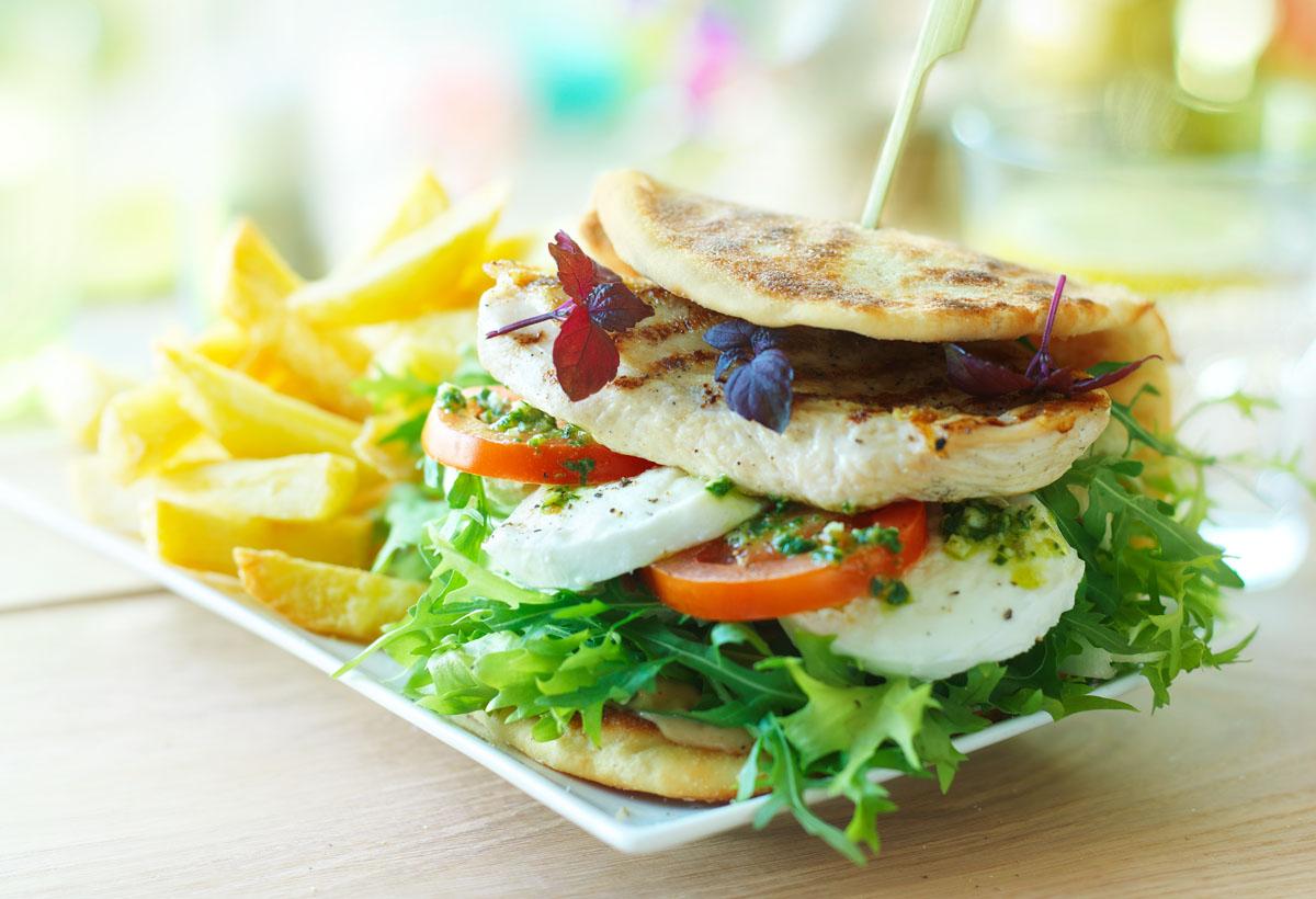 Food culinaire fotografie van een sandwich kip mozzarella icm salade en friet gemaakt door Studio_m Fotografie Amsterdam