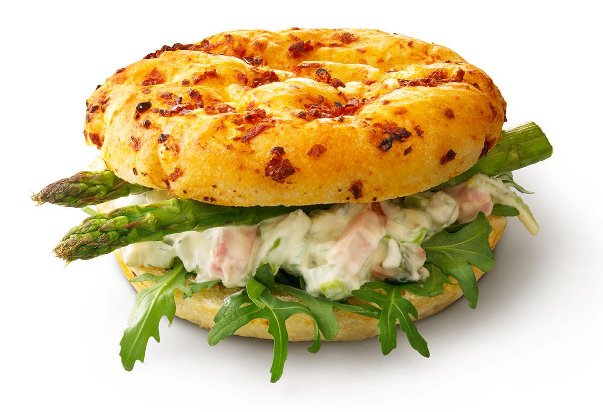 Packshots fotografie van focaccia grill ham salade met asperges gemaakt door Studio_m Fotografie Amsterdam