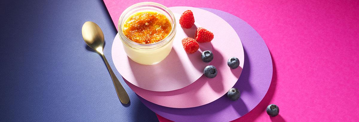 Food styling fotografie van creme catalana met frambozen en blauwe bessen