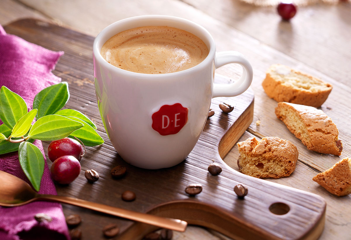 Drinks photography of DE's classic creme coffee with cookies made by Studio_m Photography Amsterdam