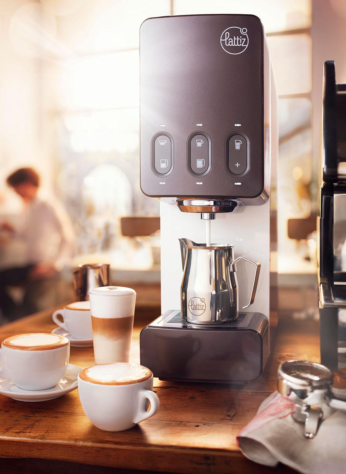 Product fotografie van Lattiz's koffiezetapparaat met kopjes koffie gemaakt door Studio_m Fotografie Amsterdam