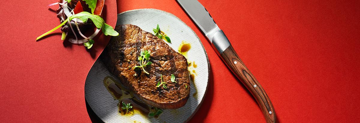 Food styling fotografie van een bord met biefstuk gemaakt door Studio_m Fotografie Amsterdam
