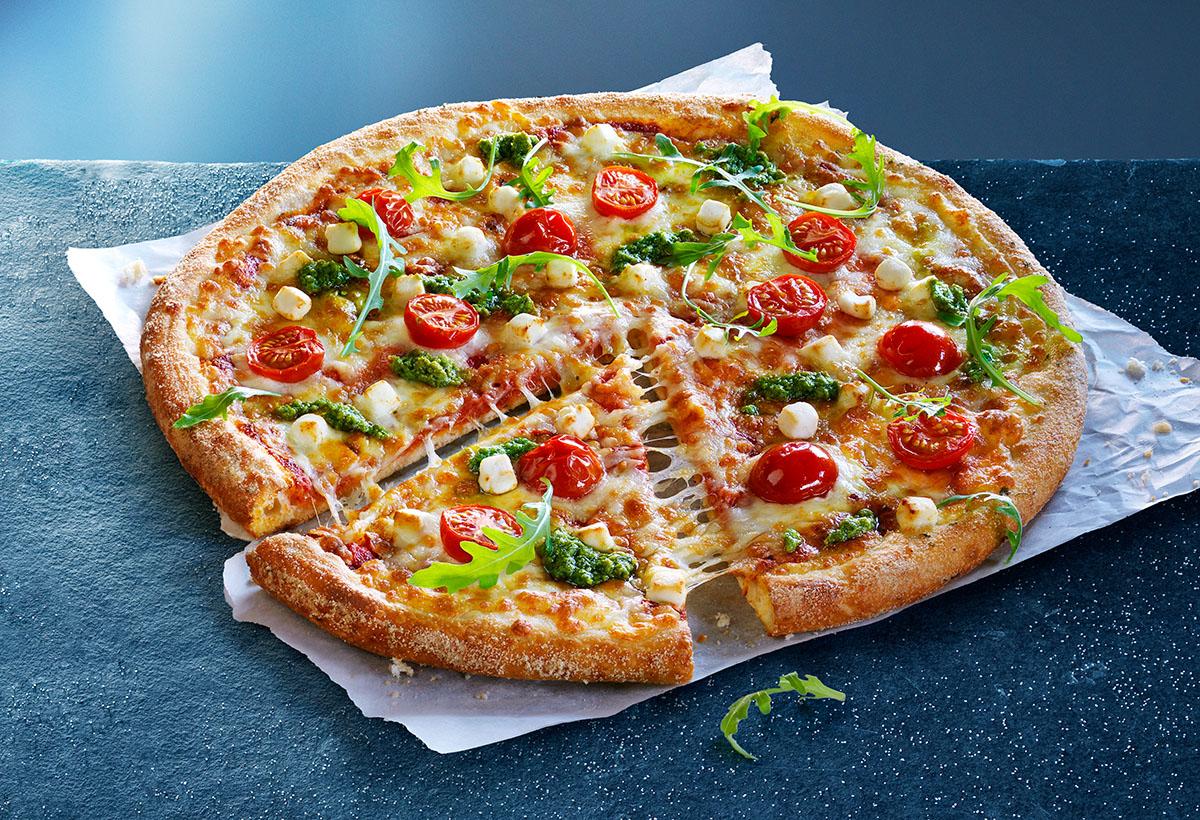 Food culinaire fotografie van een pizza met rucola, tomaatjes en geitenkaas gemaakt door Studio_m Fotografie Amsterdam