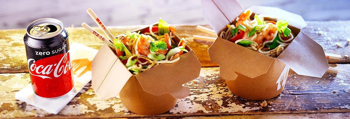 Food fotografie stylist van twee bak noodles icm Coca-cola Zero blikje gemaakt door Studio_m Fotografie Amsterdam