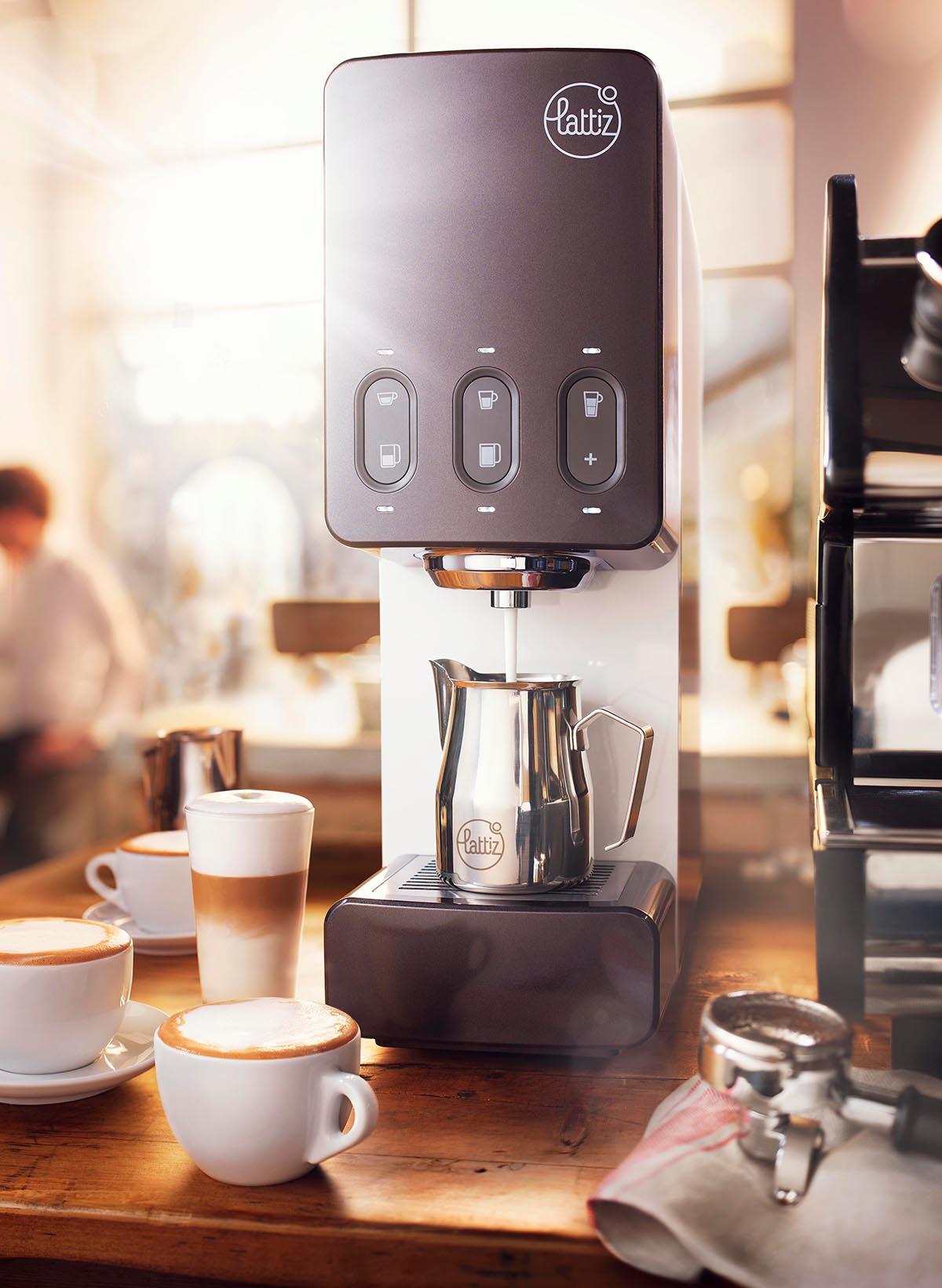 Drank fotografie van een koffiezetapparaat icm kopjes cappucino koffie gemaakt door Studio_m Fotografie Amsterdam