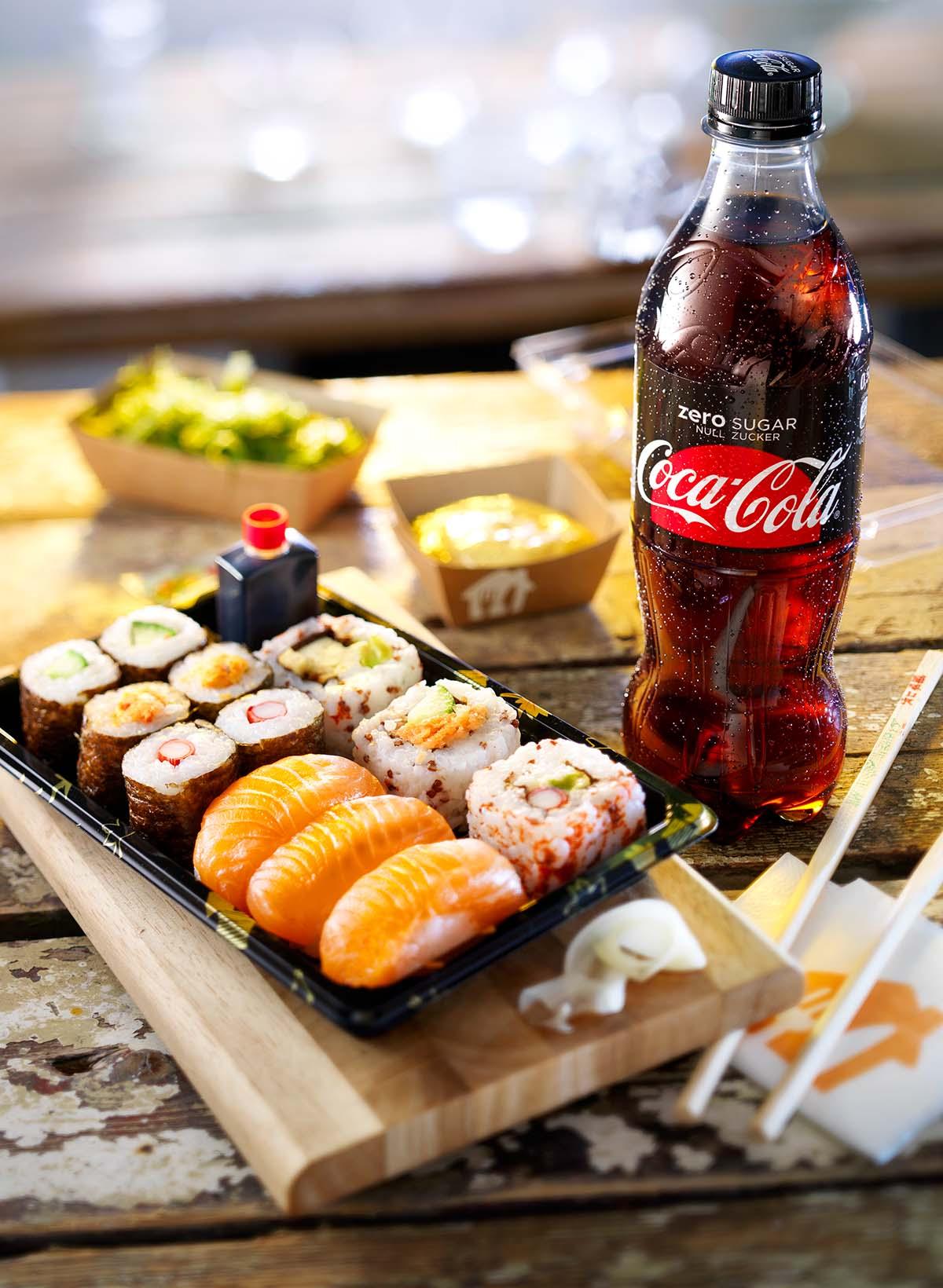 Food fotografie van sushi icm Coca-cola Zero flesje gemaakt door Studio_m Fotografie Amsterdam