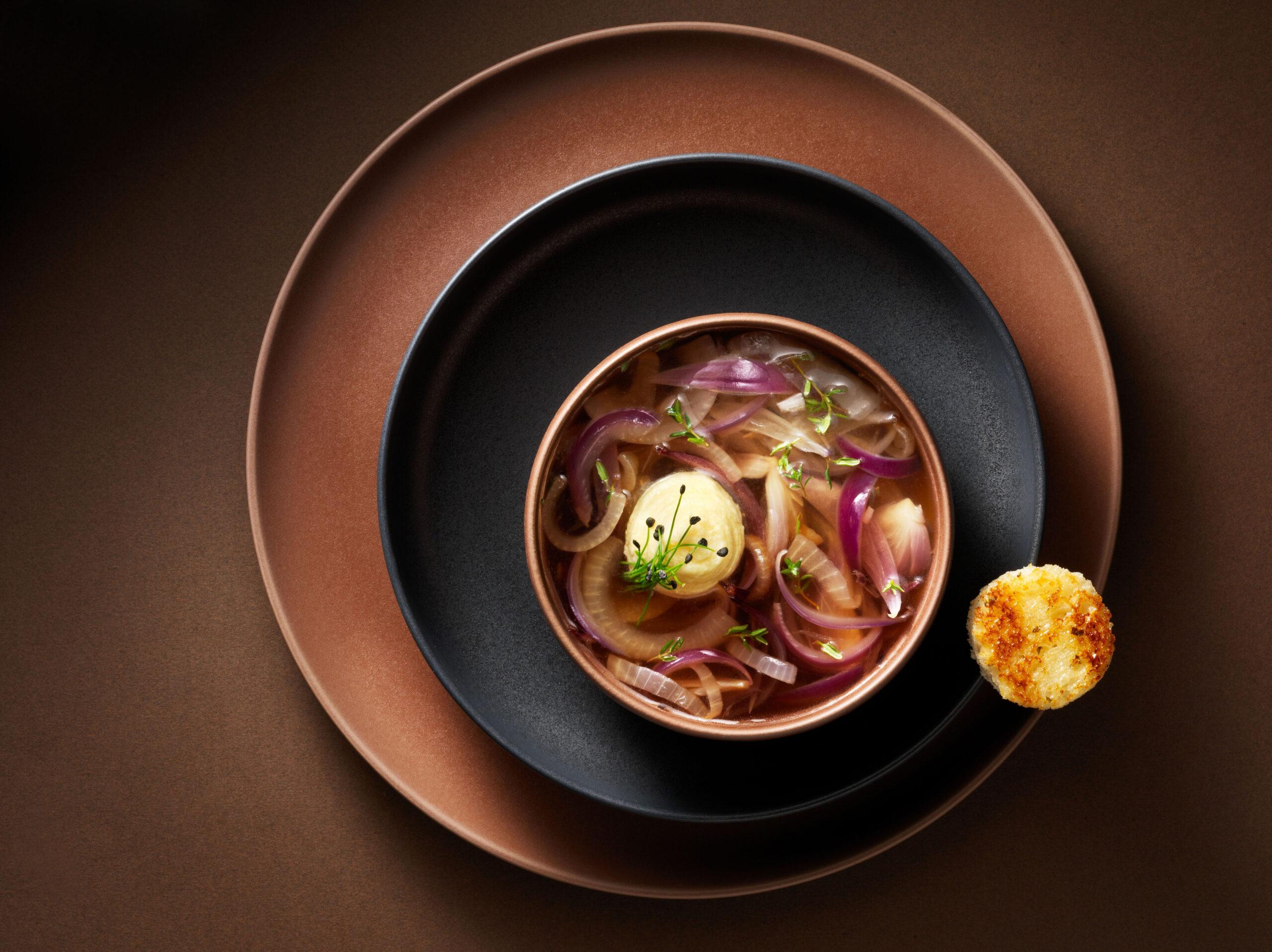 Creative food photo of SmartWhip recipe English onion soup made by STUDIO_M Amsterdam